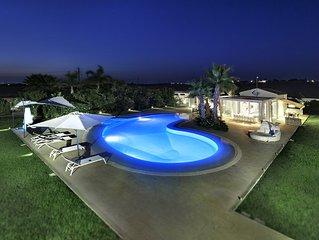 Incantevole villa moderna con piscina a sfioro grande giardino e vista mare.
