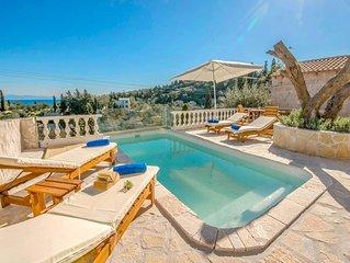 2 bed 1 bath villa w/private pool, walking distance to Loggos, free WiFi & A/C.