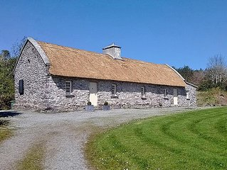 Authentic, renovated 400 year old stone/thatched cottage set in peaceful mountai