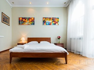 Fabulous 3-room Apartment, Minutes to Rynok Square