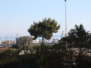 50 m de la mer, grand 2 P lumineux avec terrasse, proche aeroport