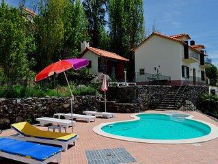 Luxuosa vivenda junto ao mar com piscina privada, terraço e vista para o mar