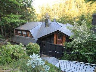 Landhuis op een zuidhelling met erg veel licht midden in de bossen.