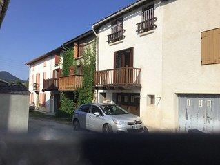 Maison de village avec balcon située à Camurac 1200 m d'altitude.