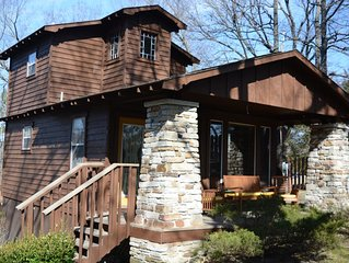 Beautiful two bedroom cabin with a five minute walk to Eureka Springs Main St