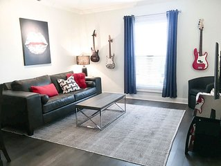 MUSIC DECOR CONDO ON MUSIC ROW ★ SLEEPS 6 ★ GUITAR POOL!