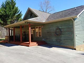 Gray Wolf Lodge, 4 BR/3BA Cabin – Hot Tub, Game Room, Close to Everything