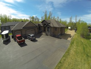 Sylvan Lake Executive Home, 5 minute walk to Beach