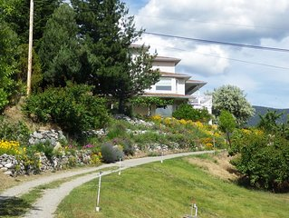 5 min from Penticton: A/C, lakeview, 5 bedr/4 bath, 3000 sq ft.  2 acre vineyard