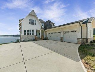 Brand New Luxury Waterfront Lake House, sleeps 21
