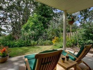 Relaxing Garden Oasis near downtown Victoria