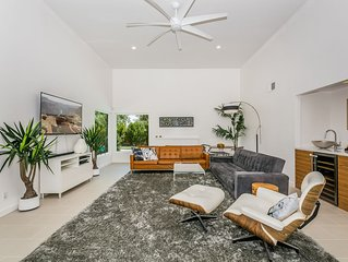 Modern Oasis. Close to downtown. Pool, Jacuzzi, BOCCE ball, Putting green, more