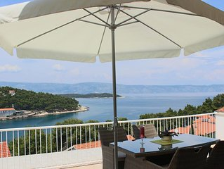 One bedroom apartment with terrace and sea view Jelsa (Hvar) (A-15348-a)
