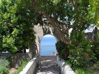 Palazzo Maresca si  trova a Meta, in un palazzo settecentesco sul blu del mare