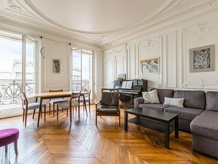 Spacious 3 BR with balcony views. Walk to the Eiffel Tower (Veeve)