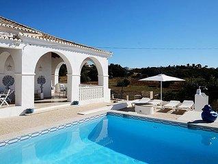 3 bedroom Villa, sleeps 6 with Pool, FREE WiFi and Walk to Shops