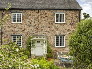 Rose Cottage sleeps five guests in the  picturesque Devon village Ashprington.