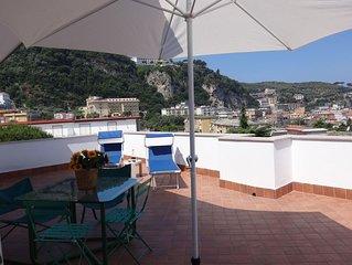 Appartamento in bel condominio con piscina e campo da tennis a Sorrento centro.