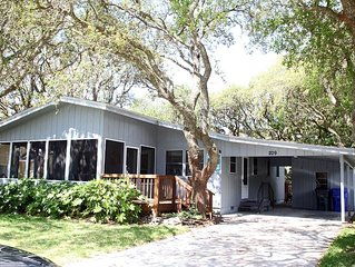 Beach Oaks: 3 Bed/2 Bath Classic Home, 1 Block from Beach Access