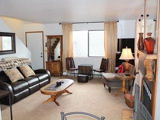 Charming 2-Bedroom End-Unit Condo near Hayden Lake