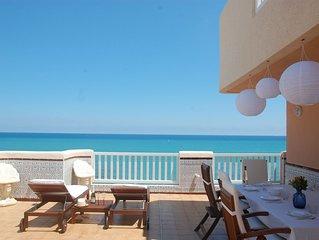 Maravilloso atico con terraza de 140m en primera linea de playa.