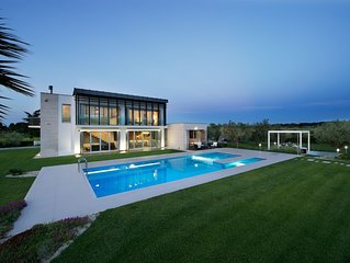 Villa moderna con piscina immersa nel verde
