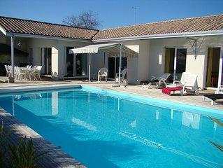 Villa moderne lumineuse de plein pied avec piscine au sel Jardin et parking