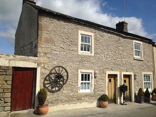 Tweedle Dee Cottage with Woodburner, big four Poster bed, wifi & luxury bathroom