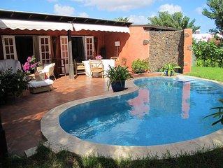 Fabulosa ,acogedora y lujosa villa con jardin con cesped y piscina.