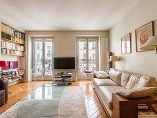 15 minute walk to The Louvre and Notre Dame. Tasteful 2 bed (Veeve)