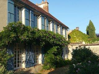 Superbe maison de village  du 17e siècle  rénovée par décoratrice, jardin clos