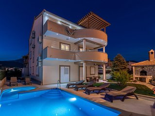 Holiday house with 3 apartments, swimming pool and jacuzzi 100 m from the beach