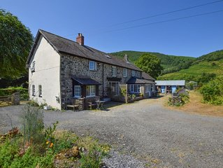 This pretty and rural one bedroom holiday cottage in mid Wales is surrounded by