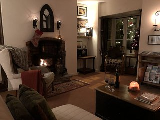 Utterly Scrumptious Period Cottage next to Glastonbury Abbey Grounds