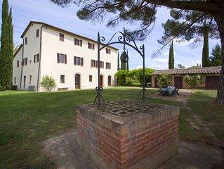 Splendida casa su giardino con  piscina condivisa a pochi minuti Siena Toscana