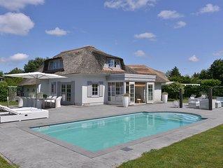 Luxe vakantiewoning met zwembad en een grote privé tuin nabij het Banjaardstrand