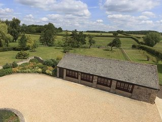 The Cotswold Manor Cottage, Exclusive Hot Tub, Games Barn, 70 acres of Parkland