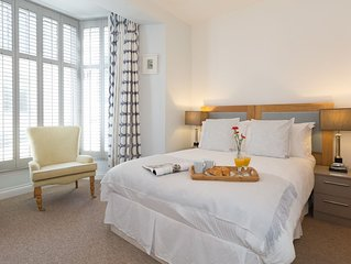 Stunning newly renovated townhouse in central St Ives w/garden & gated parking