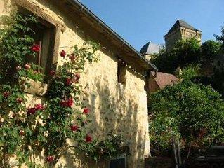 grange 17eme amenagee, un village calme et vue sur le donjon 12eme du chateau