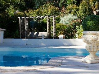 Rez de jardin de villa avec sa piscine privée vue forêt et collines