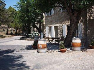 Le Moulin dans une superbe propriete viticole, bord de Mer dans la verdure.