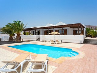 Villa Dorada: Large Heated Private Pool, Walk to Beach, WiFi, Car Not Required