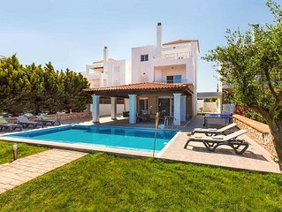 Villa Konstantina: Large Private Pool, Walk to Beach, Sea Views, A/C, WiFi
