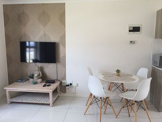 Stylish sun kissed 2 bed apartment near the sea  (mountain view)