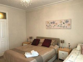 Central Bakewell, spacious, 3 bedrooms, sleeps 1-7, 1 family bathroom 1 en suite