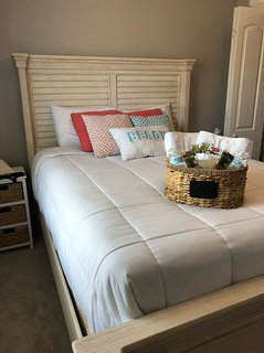 Cozy Queen Room w shared Bath on the Edge of Charleston near Airport