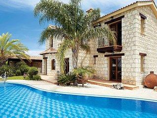 Traditional villa w/ infinity pool, Xbox, BBQ, free Wi-Fi & free A/C
