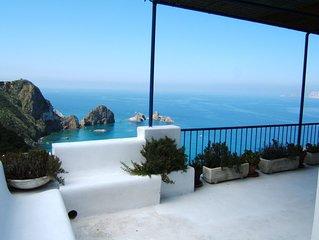 Villa a picco sul mare, circondata dal verde, con panorama mozzafiato
