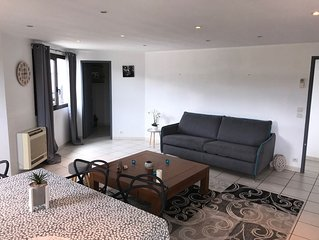 Appartement type loft, 6 couchages, grande terrasse, parking prive ferme.
