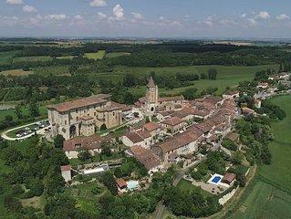 Belle rénovation d'une grange dans le village médiéval de Lavardens (Gers)